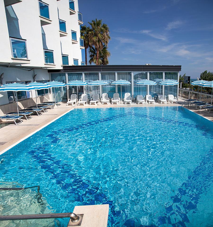 Piscina hotel alba adriatica 3 stelle fronte mare hotel king in abruzzo - Hotel sul mare con piscina ...
