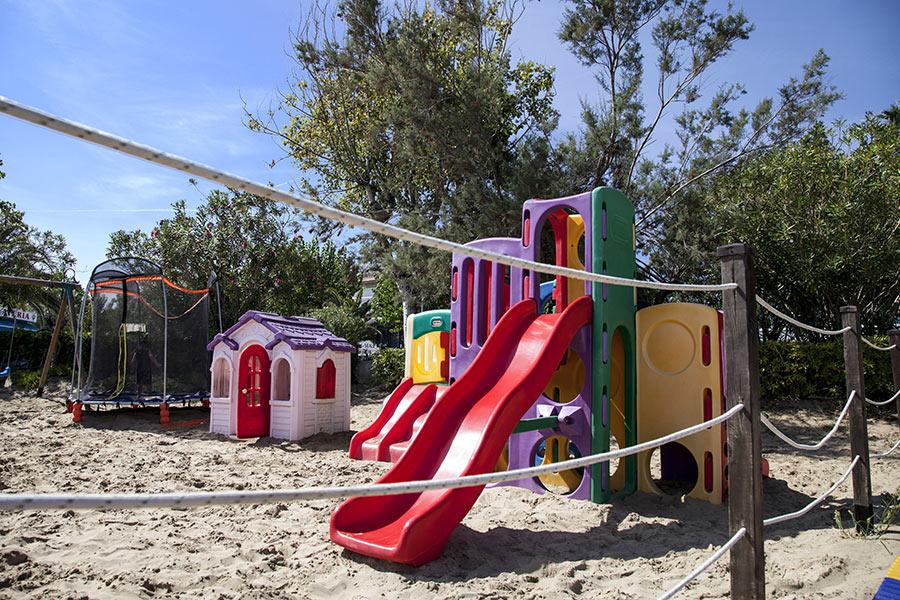 Scivolo per bambini in spiaggia